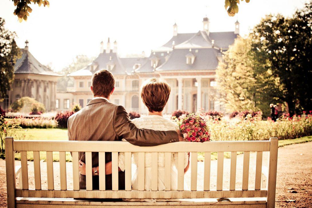 para nowożeńców na ławce w parku