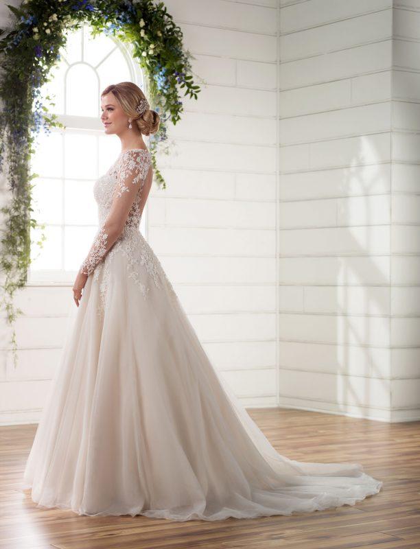 Biała suknia ślubna, włosy upięte w elegancki kok