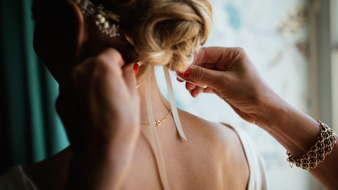 przygotowania do ślubu, wianek ślubny, włosy upięte w kok