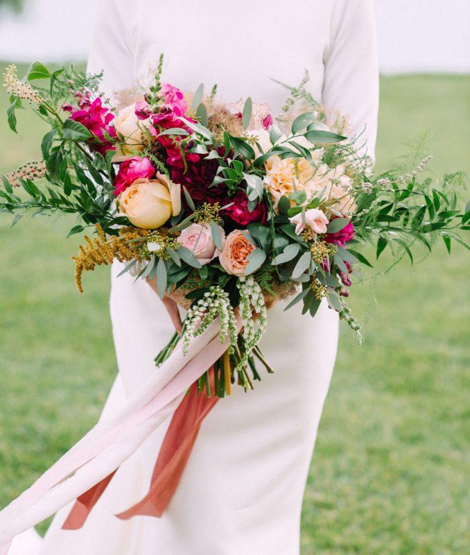 kolorowe naturalne kwiaty w bukiecie ślubnym