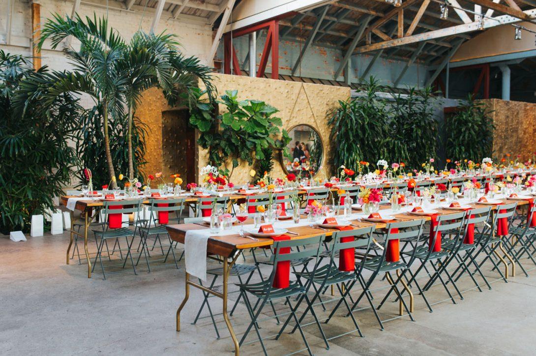 stół weselny z czerwonymi akcentami