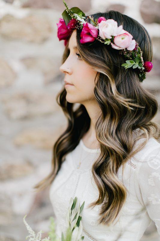 wianek weselny z prawdziwych kwiatów w stylu boho