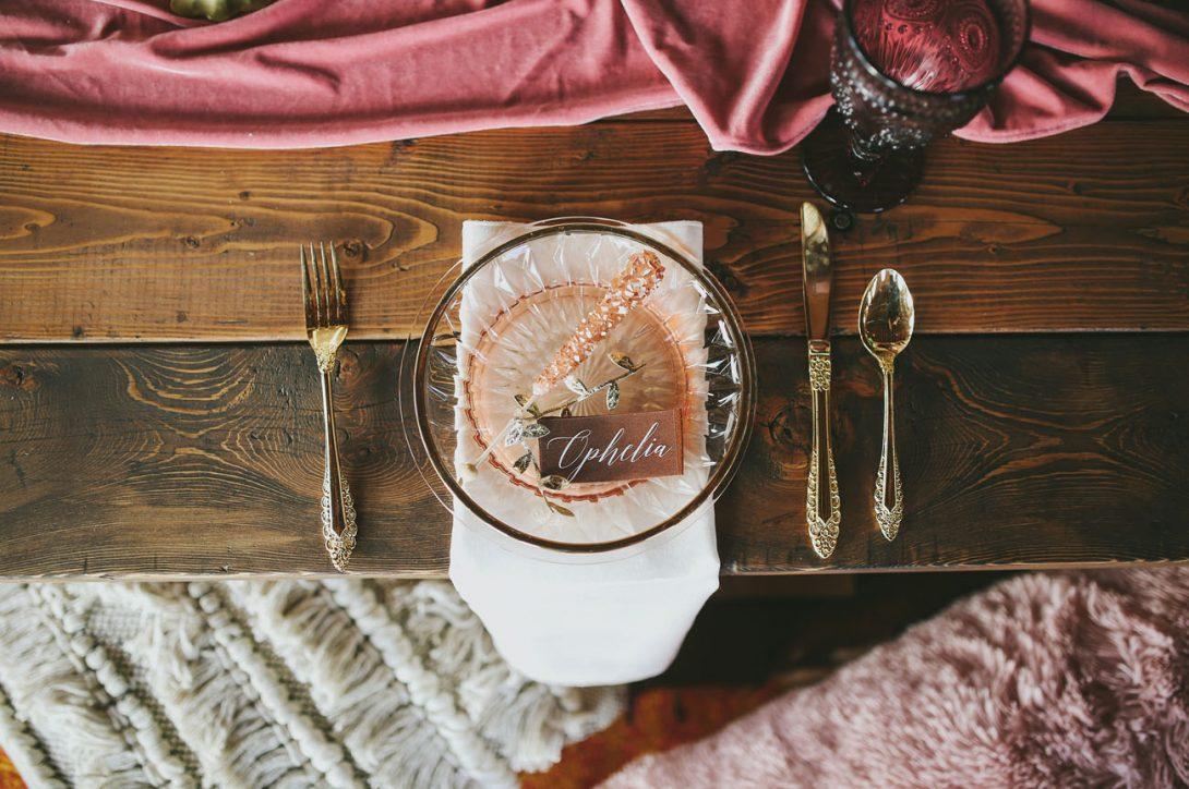 przygotowanie miejsca dla gościa weselnego