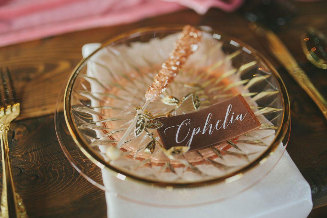 elegancka winietka ślubna na szklanej tacy