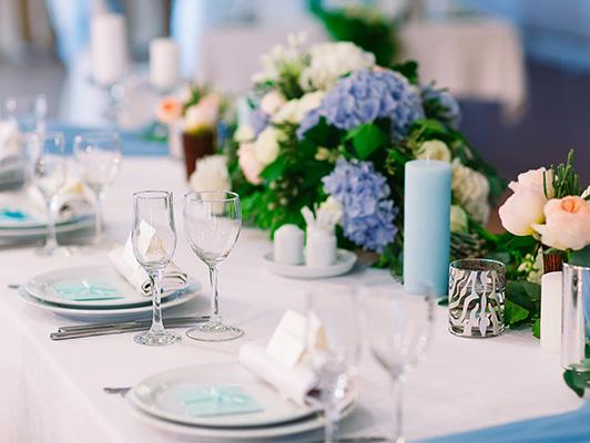stół weselny z niebieskimi dodatkami, niebieska świeca, wianki z naturalnych kwiatów