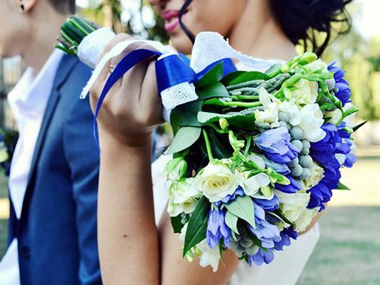 weselny bukiet kwiatów, białe róże i niebieskie kwiaty, panna młoda