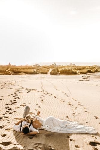 nietypowy plener podczas ślubnej sesji zdjęciowej na pustyni
