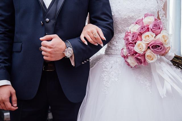 para nowożeńców, wyjście z kościoła po ceremonii ślubnej