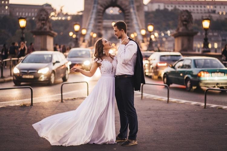 ślubna sesja zdjęciowa w centrum miasta - para młoda