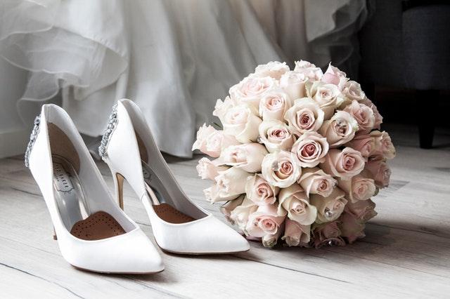 białe kwiaty na wesele, biały bukiet ślubny, buty ślubne