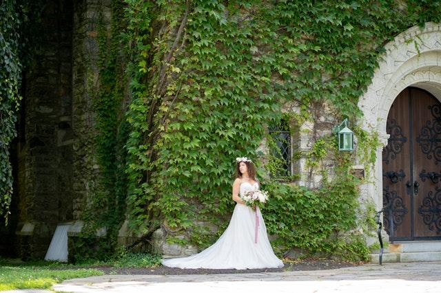 prosta suknia ślubna, ślubna sesja zdjęciowa