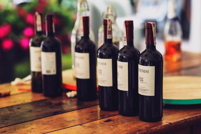 butelki wina na rocznicę ślubu, prezent dla młodej pary